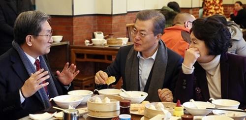 文在寅大統領と金正淑夫人が14日午前、中国北京のある庶民食堂で盧英敏駐中大使(左)とともに朝食を取っている。
