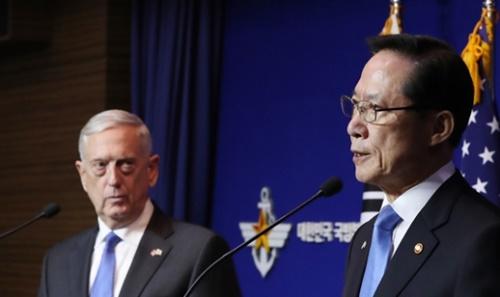 宋永武国防長官とマティス米国防長官が10月28日、国防部で記者会見をしている。