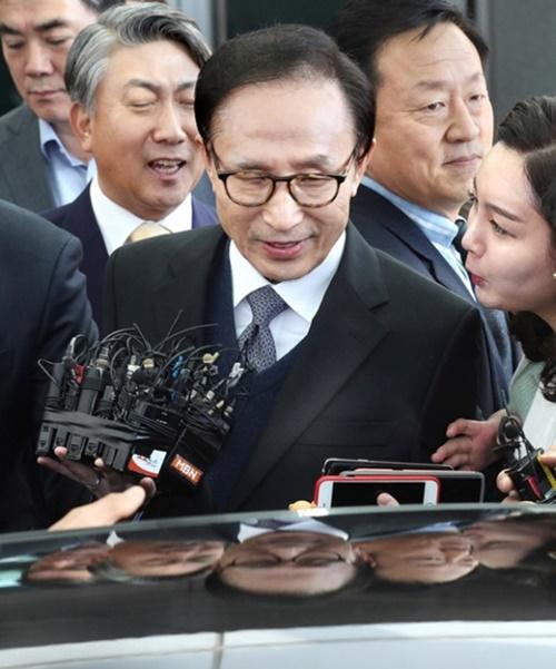 11月15日午前、訪問先のバーレーンから仁川(インチョン)国際空港を通じて韓国に帰国した李明博元大統領。