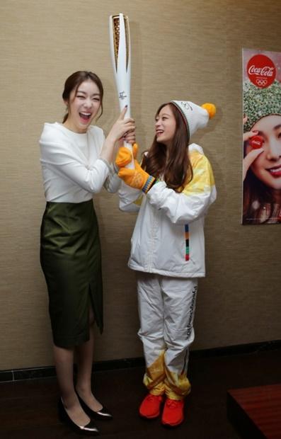 「フィギュアの女王」キム・ヨナが平昌冬季の聖火リレーの一番目のランナーだった「フィギュアのライジングスター」ユ・ヨンと聖火を共に持ち上げている。(写真=コカコーラ)