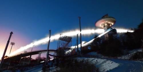 2018平昌冬季オリンピックが50日後に迫った。五輪聖火リレーの日程も半分を過ぎた。平昌五輪スキージャンプ競技が行われるアルペンシアスキージャンプ台を背景に太陽の軌跡をカメラに収めた。16ミリレンズで午前7時50分から午後2時まで1分間隔で長時間露出、撮影して合成した。