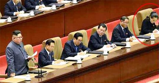 21日に開かれた第5次細胞委員長大会に出席した金正恩(左)委員長。右側の赤い円内の人物が金委員長の妹の金与正氏だ。(写真=朝鮮中央テレビキャプチャー)