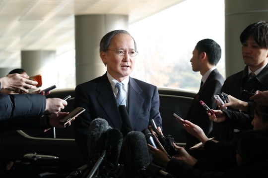 今年1月9日、本国から一時帰国措置を受けた長嶺安政駐韓日本大使が金浦空港国際線庁舎に到着し、記者の質問を受けている。(中央フォト)