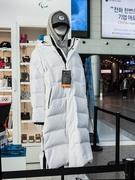 公式ストアは、空港鉄道 A'REXが発着するソウル駅の3階にもあります。オリンピック開幕D-100を記念して発売された「グースロングダウンジャンパー」(3色、各149,000ウォン)は、発売から15日で約1万枚を売り上げました。K-POPアイドルが着用したことで人気に火がつき、売り切れ続出の注目商品です。