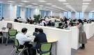 日本カルビーの職員は希望する時間に出勤し、毎日違う席で仕事をする。したがって机には固定電話や書類の山がなく、すっきりしている。