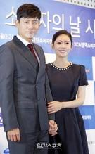 4日午前、ソウル市庁太平ホールで開かれた「第22回消費者の日授賞式」に登場したユー・シャオグアン&チュ・ジャヒョン夫婦。