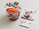 レトルト包装された熟成キムチがご自慢の「オモリキムチチゲラーメン」(1,500ウォン)は、韓国コンビニ「GS25」とキムチチゲの名店「オモリチゲ」が共同で開発したロングセラー商品。