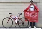 ネパール・ヒマラヤなどの地域で献血証寄付キャンペーンに使われた立て札を見せているイム・チュンマンさん。