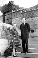 大韓帝国の最後の皇太孫である李玖氏とジュリア夫婦。1970年代、彼らが暮らしていたソウル昌徳宮楽善斎で撮影した写真だ。82年離婚後にも韓国に滞在したジュリア夫人は95年、ハワイに向かった。(写真=中央フォト)