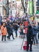 明洞(ミョンドン)の街ではあちこちで年末らしい光景が見られるようになりました。韓国の年末の風物詩の一つ、キリスト教団体「救世軍」によって毎年行なわれる募金活動「慈善鍋(チャソンネンビ、社会鍋)」が今年も始まりました。