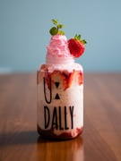 かわいいボトル入りの生フルーツジュースで人気の「U:DALLY」でも、季節限定「ストロベリーT.O.P」がスタート!いちごジャムといちごスムージーが重ねられた上からピンクのいちごクリームでデコレーションされています。生いちごがごろごろ入った、不動の人気メニューです!