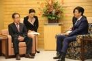 洪準杓(ホン・ジュンピョ)自由韓国党代表が14日午後、東京の首相官邸で安倍晋三首相と会談した。洪代表の椅子の高さが安倍首相の椅子よりも低い。(写真=自由韓国党)