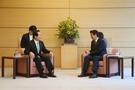 6月8日、丁世均(チョン・セギュン)国会議長が安倍首相に会い、両国の懸案について意見を交わした。会談前、丁議長の椅子が低いことに気づいた議長室の関係者が日本側に要求し、安倍首相と同じ高さの椅子に変わった。(写真=国会議長室)