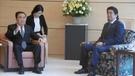 文在寅(ムン・ジェイン)大統領の特使の文喜相(ムン・ヒサン)共に民主党議員(左)が5月18日午前、東京首相官邸で安倍晋三首相と対話している。文議員が低い椅子に座っている。(写真=在日韓国大使館)