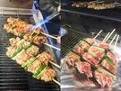 韓国に来たら食べたいサムギョプサルは明洞の屋台でネギとあわせて串焼きで。味は辛口と普通の2種から選べます(1串4,000ウォン)。