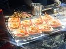 冬が旬のズワイガニは、存在感のあるビジュアルで街行く人の食欲をそそります。蟹の甲羅の中には、蟹の身、野菜とチーズがたっぷり。直火で焼いたものを、スプーンで混ぜて頂きます(1個3,000ウォン)。