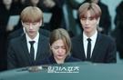 悲しみに沈む(左から)SUPER JUNIORのウニョク、Red Velvetのイェリ、SUPER JUNIORのイトゥク