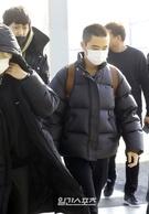 21日午前、硬い表情で仁川国際空港に姿を見せたEXOのディオ。
