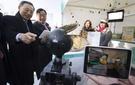 黄昌圭(ファン・チャンギュ)KT会長(左)と李熙範(イ・ヒボム)平昌冬季オリンピック組織委員長(左から2人目)が20日、江原道大関嶺ウィヤジ村で360度バーチャルリアリティ(VR)カメラを活用して買い物をする体験をしている。