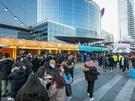 今、韓国のSNSを賑わせているグルメの祭典「eat the seoul FOOD FESTIVAL2017」。寒い冬の平日にも関わらず、ブースには行列が。人気ブースは40分待ちという盛況ぶりです。