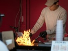 直火で焼く様子はダイナミック。訪れる人の食欲をそそります。