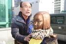 釜山少女像を守るキム・サングムおじいさん(67)が今月28日、釜山東区の日本領事館前の少女像を世話し、この1年間の心情を話している。