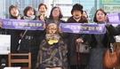 28日、釜山東区、日本領事館前の平和の少女像で少女像を守る釜山市民の行動会員たちが少女像建設1周年を記念する記者会見をした後、「韓日慰安婦合意無効」などスローガンを叫んでいる。