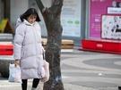 街中では、保温性が高いことで去年から引き続き人気のロングダウンコートを着ている人が多く見られました。着こなしやすいブラックや、注目色のピンクを着用する人も。