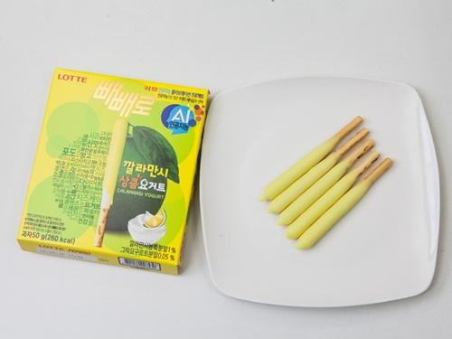 美容に良い成分を豊富に含み韓国女子に人気のフルーツ、カラマンシーとヨーグルトを合わせたチョコを使った「ペペロ カラマンシーさわやかヨーグルト(ペペロ カルラマンシサンクムヨゴトゥ)」(ロッテ製菓、1,500ウォン)。甘さだけでなくすっぱさも感じられる大人の味です。