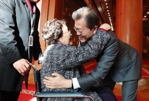 文在寅大統領が4日午後、青瓦台本館で旧日本軍慰安婦被害者を招請した昼食会に参加した朴玉善さんを抱いている。(写真=青瓦台)