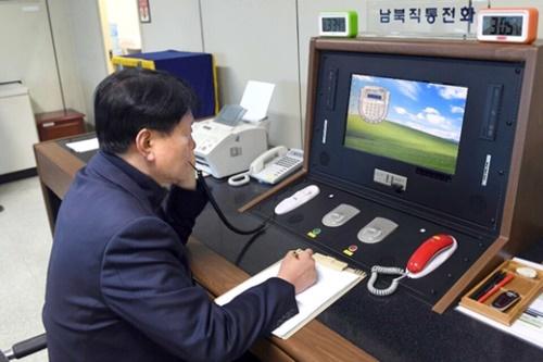 板門店連絡事務所で3日午後、南側連絡官が南北直通電話で北側と通話している。(写真=統一部)