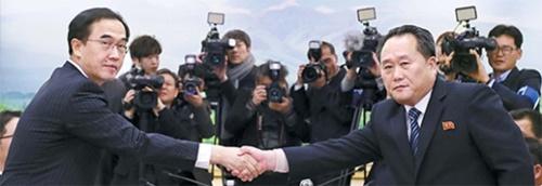 統一部の趙明均長官(左)と祖国平和統一委員会の李善権委員長が9日、板門店韓国側「平和の家」で開かれた高官級南北当局会談終了会議で共同声明文を交換した後に握手している。(写真=共同取材団)