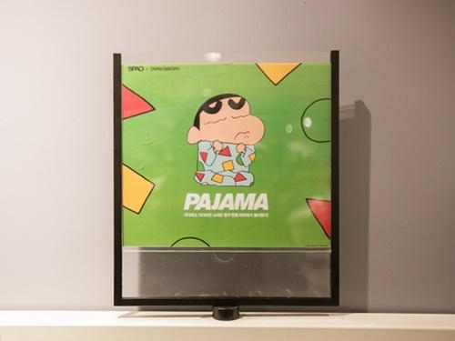 日本生まれのキャラクター「クレヨンしんちゃん」のパジャマの柄です。しんちゃんは韓国では「チャング」という名前で親しまれていて、ファッションショップ「SPAO」とのコラボによる「チャングパジャマ」は大人気。