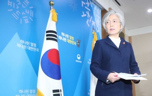 康京和外交部長官が9日、ソウル都染洞の外交部庁舎で韓日慰安婦合意の処理方向に関する政府の立場発表をした後、記者室を出ている。