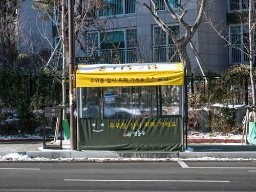 明洞(ミョンドン)や東大門(トンデムン)などの人気エリアにはもちろん、明洞駅8番出口前のリムジンバス乗り場付近にも設置されています。(写真は地下鉄2号線上往十里(サンワンシムニ)駅バス停付近)