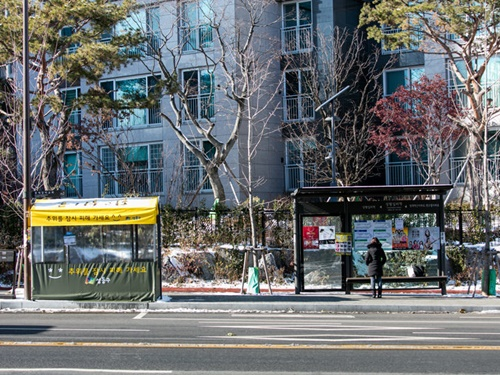 市内各地の防寒テントは3月中旬まで運営される予定(テントの大きさ、運営期間は設置場所により多少異なる)。ただ、全てのバス停に設置されているものではないので、冬に韓国旅行に来る際の防寒対策はマストです!