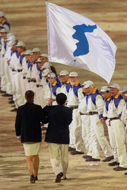 2000年シドニー五輪開幕式で南北選手団の旗手が韓半島の旗を掲げて入場している。(写真=中央フォト)