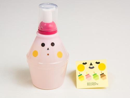 商品は、ハンドクリームやボディーソープなど全6種の展開。全商品牛乳たんぱく質抽出液を含んでおり、しっとり潤うと評判です(写真はハンドソープ、各8,500ウォン)。一部商品は、パッケージに貼って遊べる表情シール付きで、オリジナルデコレーションも楽しめます。韓国旅行の際は、日本では手に入らないレア商品をチェックしてみてください!