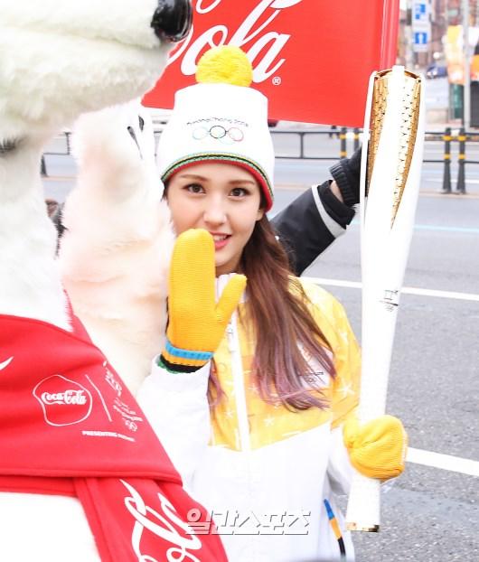 平昌冬季オリンピックの聖火リレーに参加した歌手チョン・ソミ