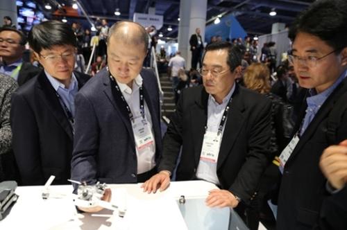 具滋烈LS会長(右から2番目)らLSグループ役員が12日に米ラスベガスで開かれた家電見本市CES2018を参観し中国DJIのドローンを視察している。(写真=LS)