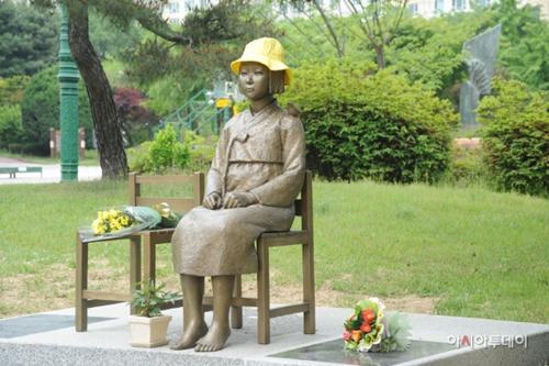 水原五輪公園にある「平和の少女像」(写真=水原市)