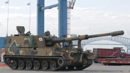 昨年10月に韓国陸軍のK-9自走砲が米国バージニア州ボルチモア港で荷役作業を終えた後、トレーラ搭乗のために待機している様子。