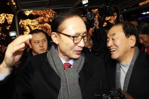 李明博元大統領が2014年12月18日、ソウル江南のサムォンガーデンで李在五議員ら親李系議員と集いを持った。李元大統領が記者の質問に答えている。