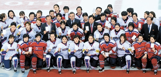 昨年の世界選手権当時の南北女子アイスホッケー選手ら(写真=中央フォト)