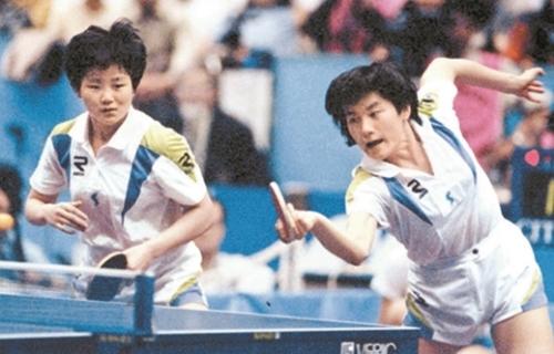 1991年世界卓球選手権大会に出場した南北合同チームのヒョン・ジョンファ(右)と北朝鮮のイ・ブンヒ。(写真=中央フォト)