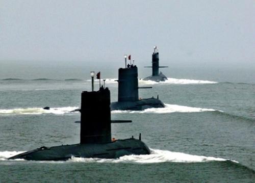 中国東海艦隊の潜水艦が人民解放軍創設78周年の2005年8月1日、記念行事の一環として東シナ海で開かれた軍事訓練に参加している。(写真=中央フォト)