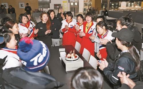 忠清北道鎮川国家代表選手村で28日、2018平昌冬季オリンピック南北女子アイスホッケー合同チームの選手たちが北朝鮮の主将チン・オクさん(28)のためにサプライズ誕生日パーティーを開いた。南北の選手らはケーキの前で誕生日を祝う歌を歌った。(写真=大韓体育会)