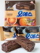 「オーイエスブラッドオレンジ(オイェスブルロドゥオレンジ)」(ヘテ製菓、12個入り、4,950ウォン)は期間限定のオレンジ味を発売。普通のオレンジより糖度が高いブラッドオレンジを使用し、ケーキ部分は特別にオレンジとの相性がいいカカオケーキになっています。