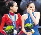 2010年バンクーバー冬季五輪の授賞式に立つキム・ヨナ(右)と浅田真央。(写真=中央フォト)