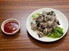 冬が旬の牡蠣は、韓国でも様々な料理に用いられます。日本と同様、今の時期、生牡蠣も人気。韓国では、酢入り唐辛子味噌(チョコチュジャン、チョジャン)をつけていただくのが一般的です。